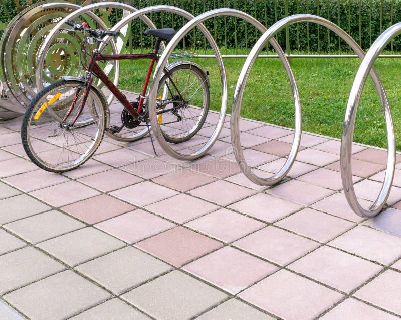 Vélo dans le support se garant photo stock