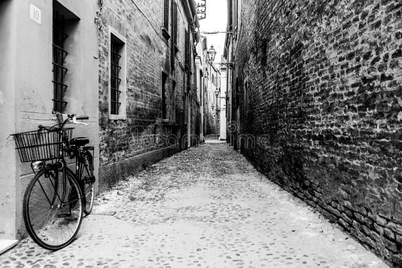 Vélo dans une allée vide à Ferrare images stock