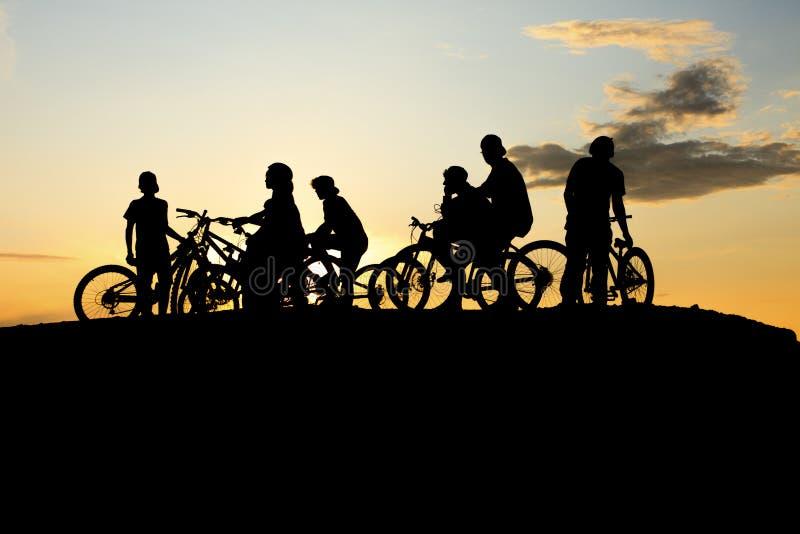Vélo de bande et coucher du soleil jaune image stock