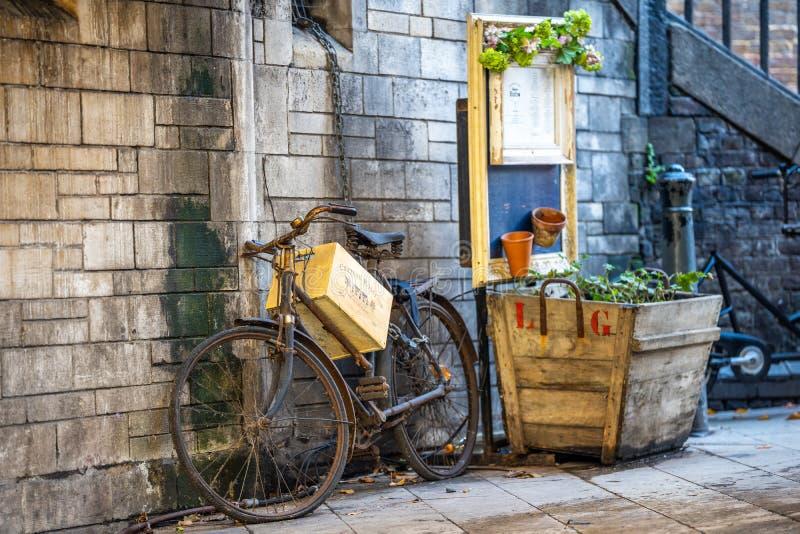 Vélo de cru enchaîné au mur photographie stock libre de droits