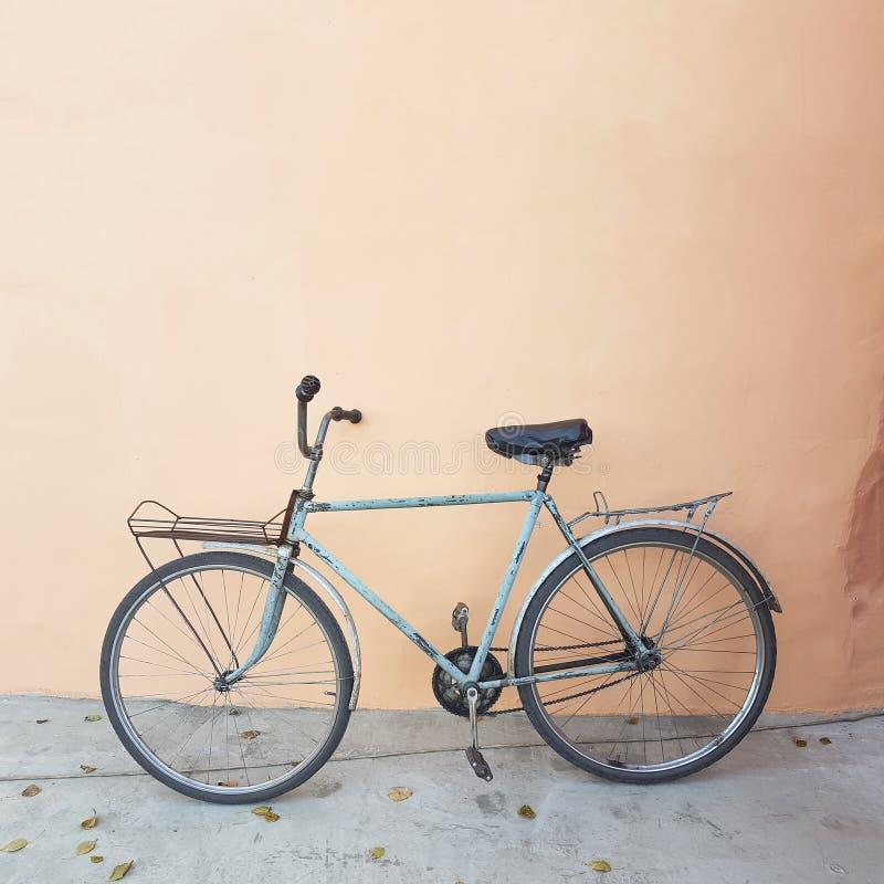 Vélo de cru sur le fond de texture de mur photographie stock libre de droits