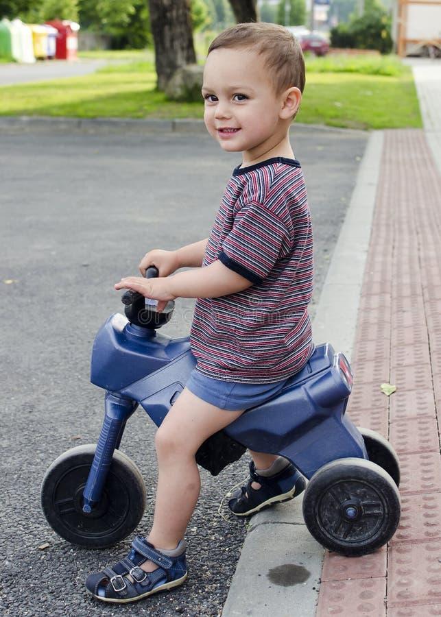 Vélo de jouet d'équitation d'enfant photographie stock