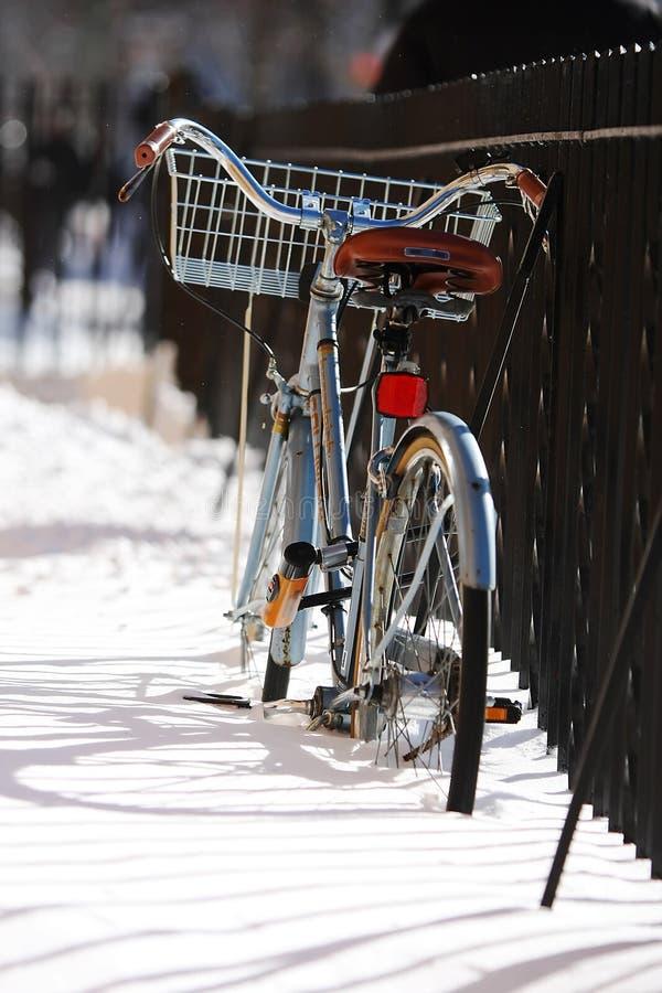 Vélo de l'hiver images stock