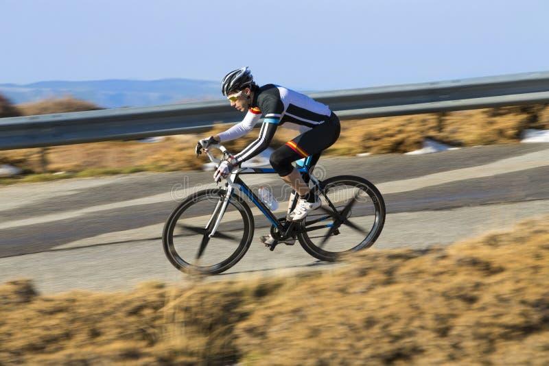 Vélo de montagne d'équitation d'homme de cycliste images stock
