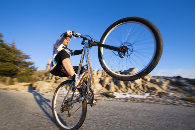 Vélo de montagne d'équitation d'homme de cycliste photo stock