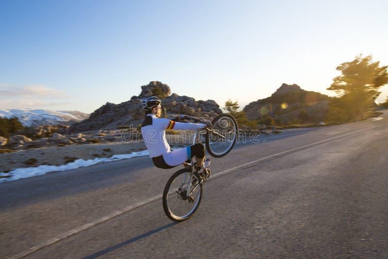 Vélo de montagne d'équitation d'homme de cycliste image libre de droits
