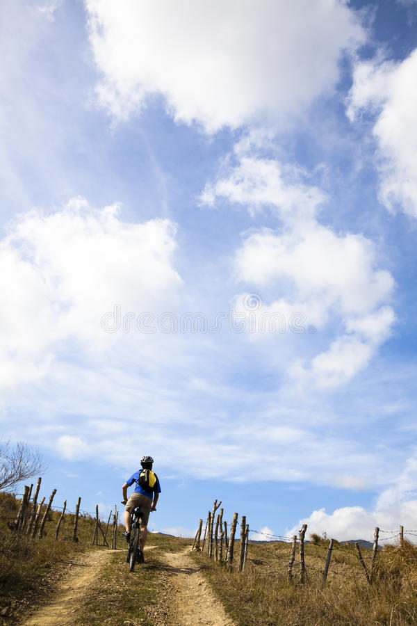 vélo de montagne d'équitation d'homme sur la côte photographie stock