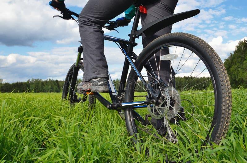 Vélo de montagne dans la campagne photos libres de droits