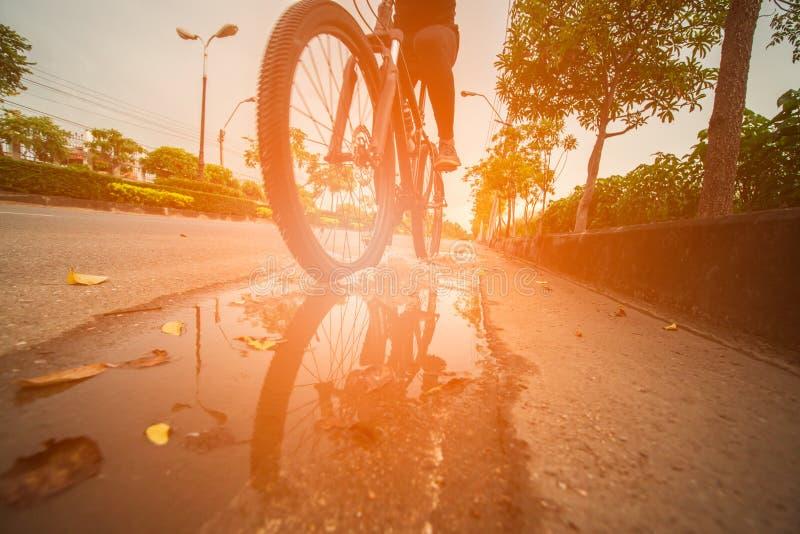 Vélo de montagne sur la ville photo stock