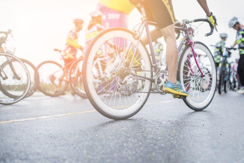 Vélo de route de cycliste de l'Asie se débarrassant sur la route images stock