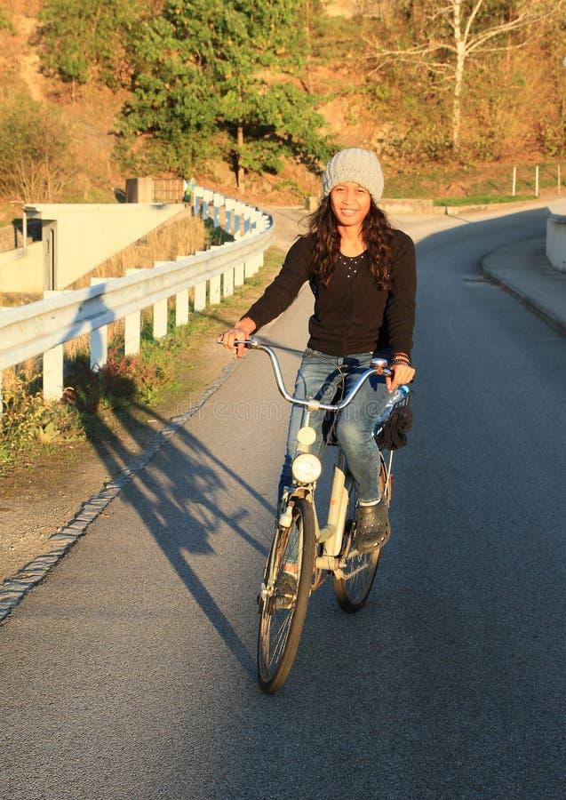 Vélo de sourire d'équitation de fille photos stock