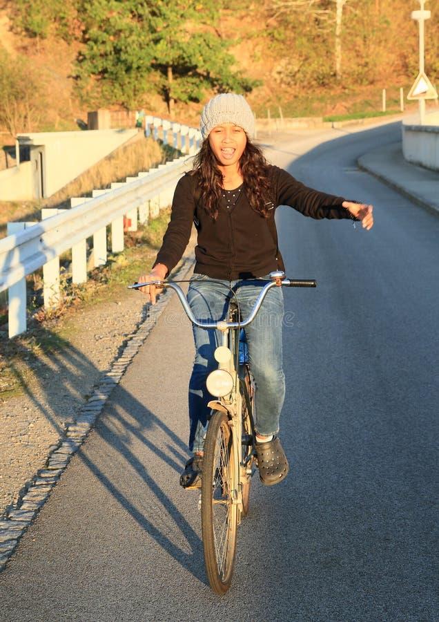 Vélo de sourire d'équitation de fille images stock