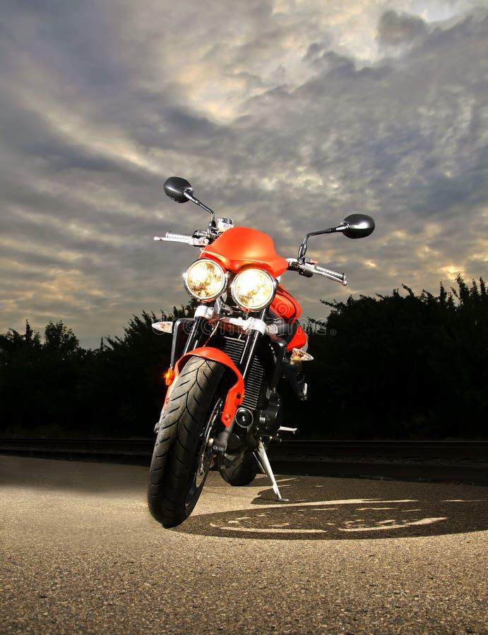 Vélo de sport au crépuscule photo libre de droits
