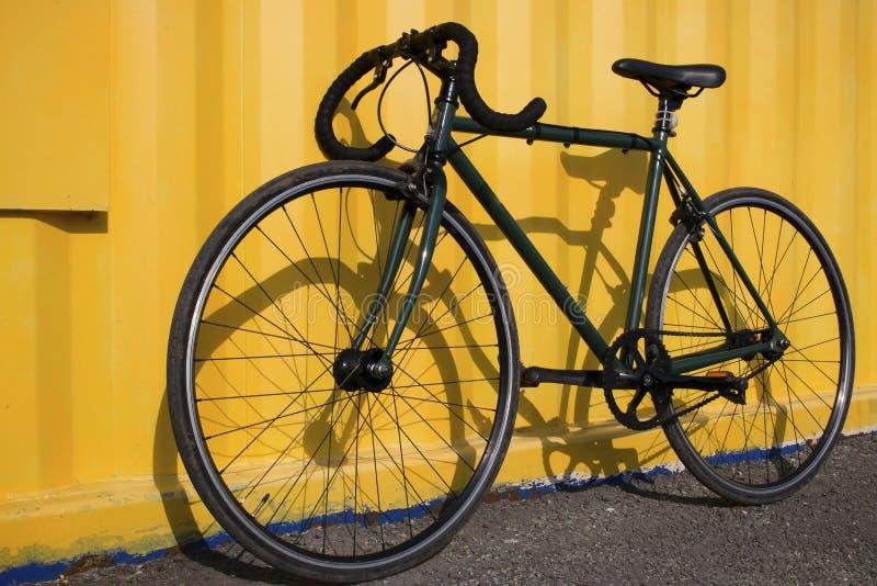 Vélo de sport sur un fond jaune images stock