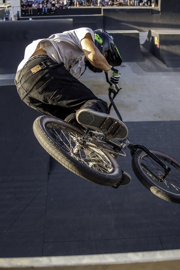 Vélo en parc de patin images stock