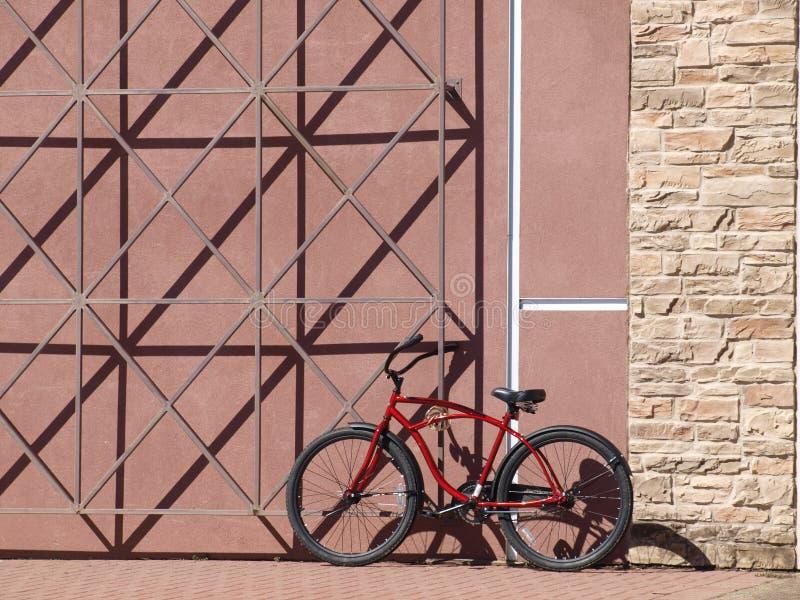 Vélo enchaîné à un mur image libre de droits