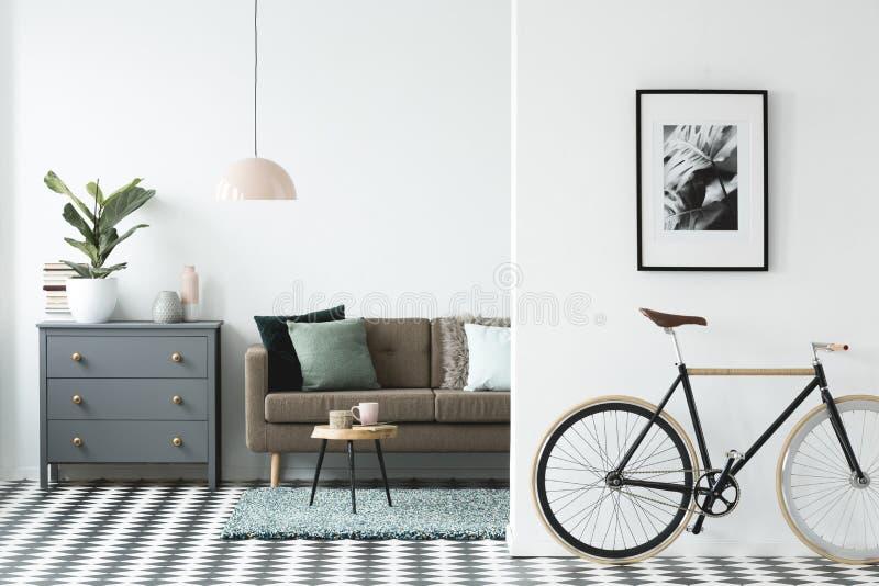 Vélo et affiche sur le mur dans un esprit moderne d'intérieur de salon images libres de droits