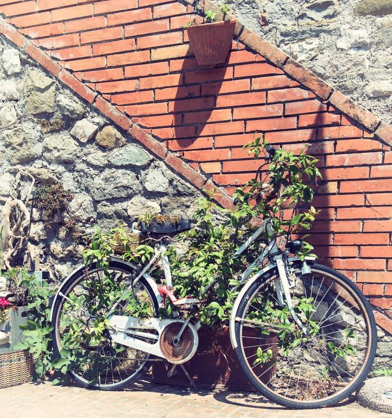 Vélo et mur images libres de droits