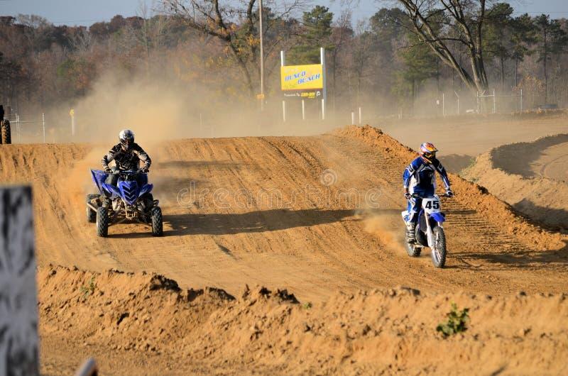 Vélo et quarte ATV de saleté à l'extérieur pour une conduite photos libres de droits