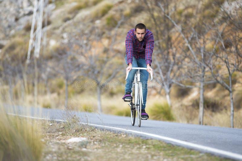 Vélo fixe de monte de sport de vitesse d'homme de cycliste photos stock