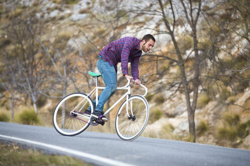 Vélo fixe de monte de sport de vitesse d'homme de cycliste images stock