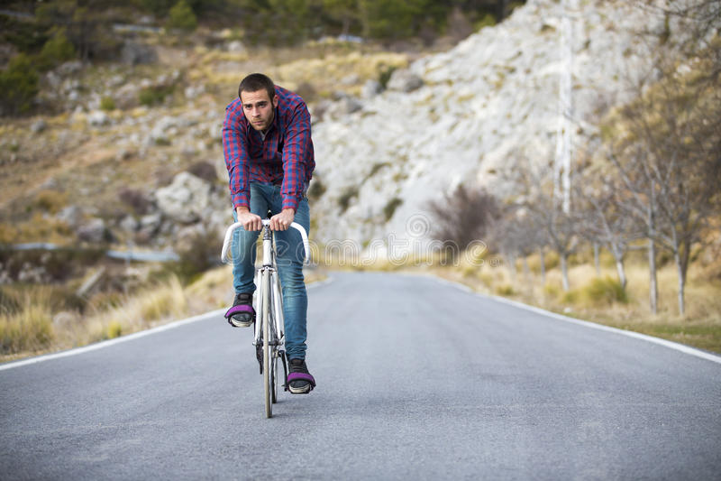 Vélo fixe de monte de sport de vitesse d'homme de cycliste image stock