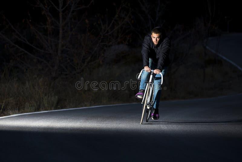 Vélo fixe de monte de sport de vitesse d'homme de cycliste photos libres de droits