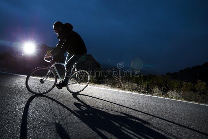 Vélo fixe de monte de sport de vitesse d'homme de cycliste image libre de droits