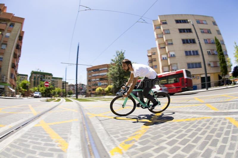Vélo fixe de monte de sport de vitesse d'homme de cycliste photo stock