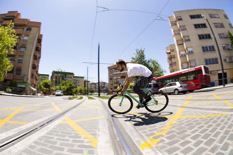 Vélo fixe de monte de sport de vitesse d'homme de cycliste images libres de droits