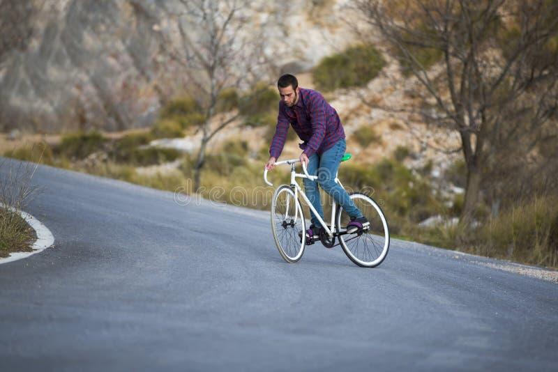 Vélo fixe de monte de sport de vitesse d'homme de cycliste dans le jour ensoleillé photos libres de droits