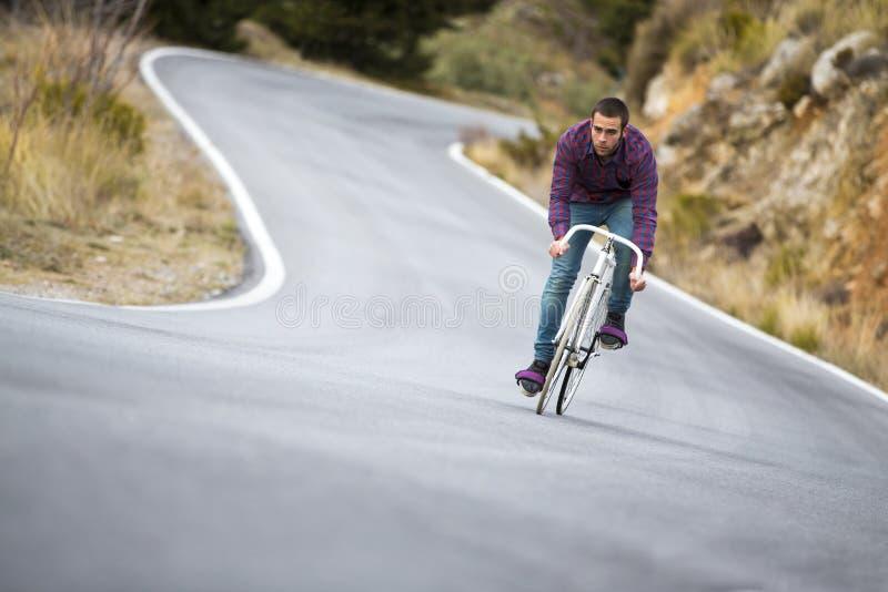 Vélo fixe de monte de sport de vitesse d'homme de cycliste dans le jour ensoleillé images libres de droits