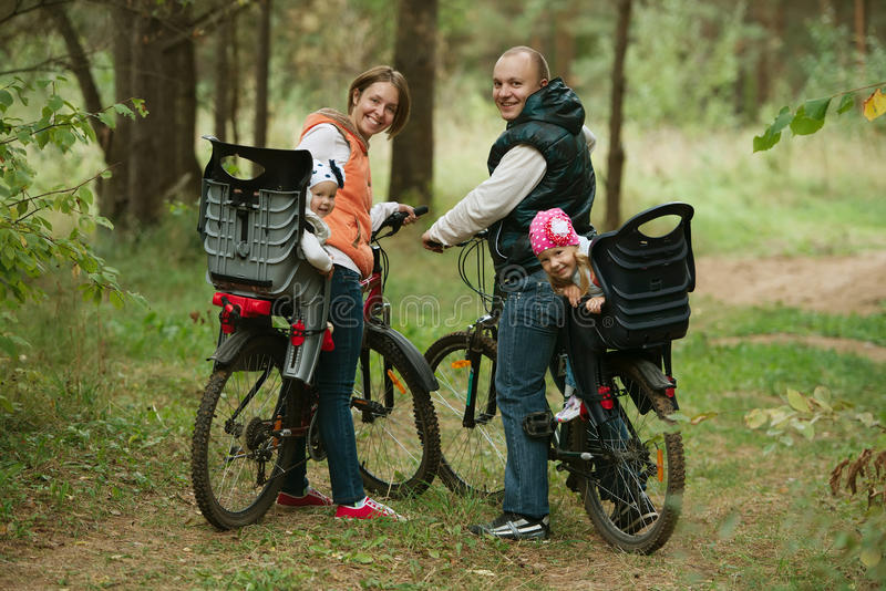 Vélo heureux d'équitation de famille en bois photos libres de droits