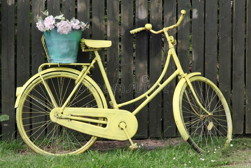 Vélo jaune images libres de droits