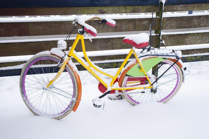 Vélo jaune couvert de neige images libres de droits