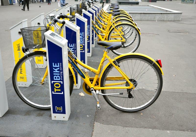 Vélo louant à Turin, Italie photo libre de droits