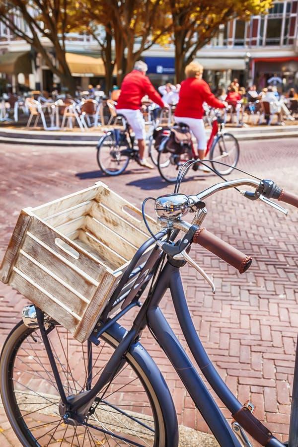 Vélo par la rue néerlandaise image libre de droits