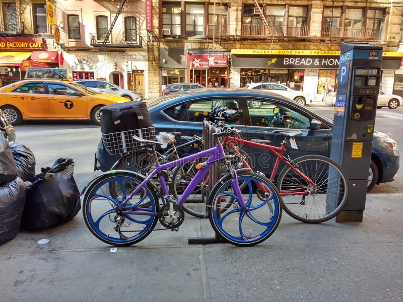 Vélo pourpre verrouillé sur un support, NYC, NY, Etats-Unis photographie stock
