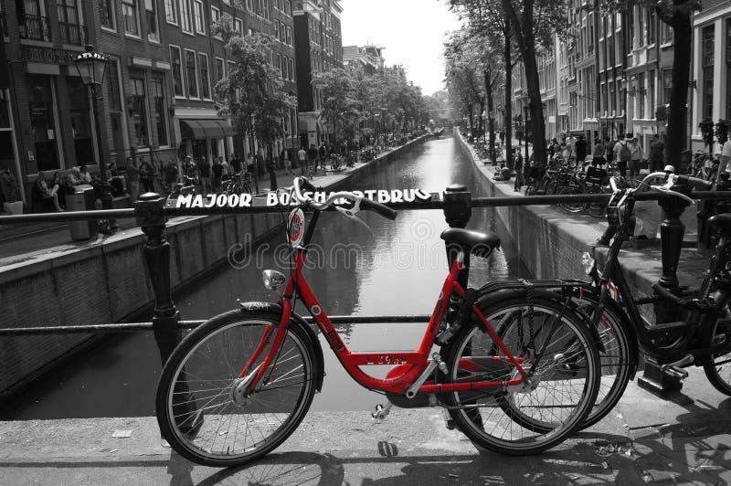 Vélo rouge de canal d'Amsterdam noir et blanc photographie stock libre de droits