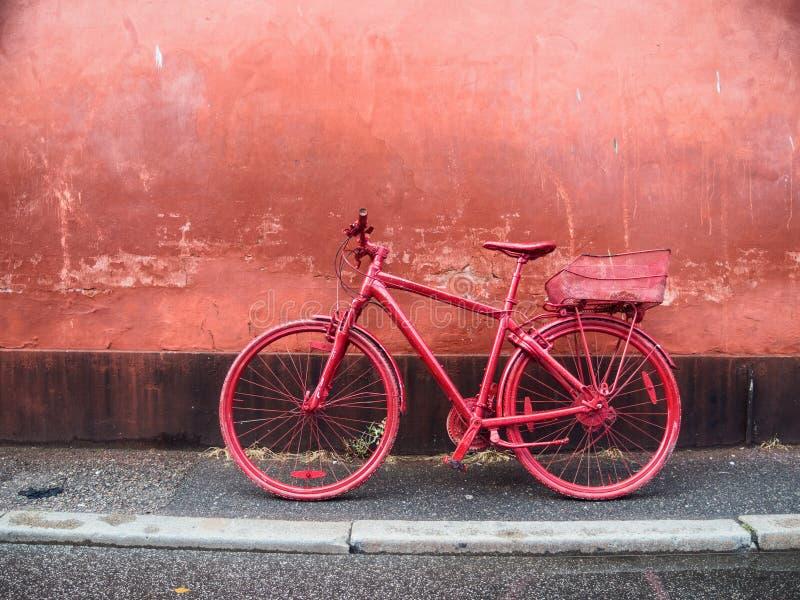Vélo rouge de ville photographie stock libre de droits