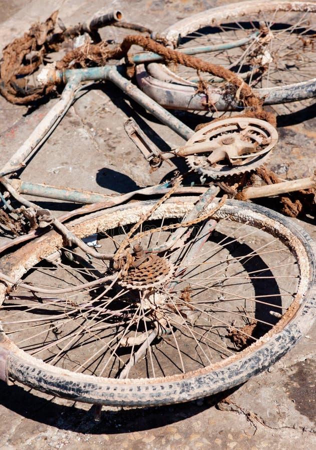 Vélo rouillé abandonné image stock