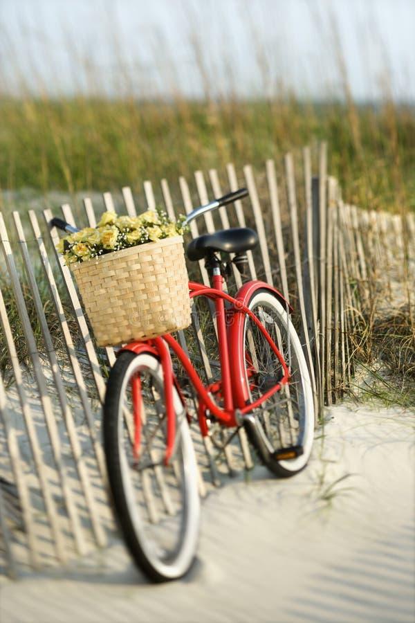 Vélo se penchant contre la frontière de sécurité à la plage. photo libre de droits