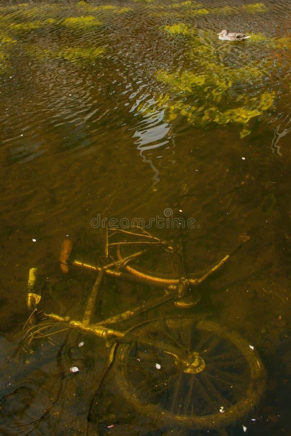 Vélo sous l'eau photo stock