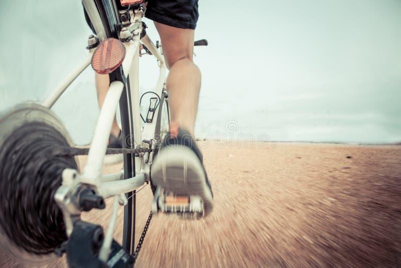 Vélo sur la traînée photo stock