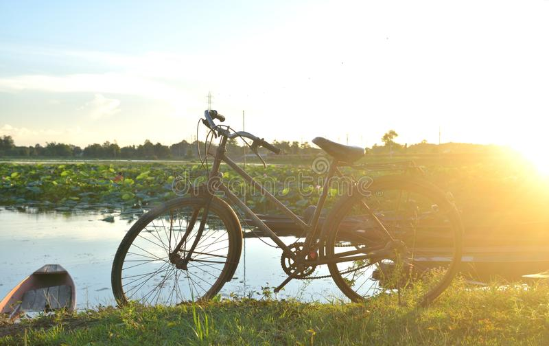 Vélo sur le paysage photo stock