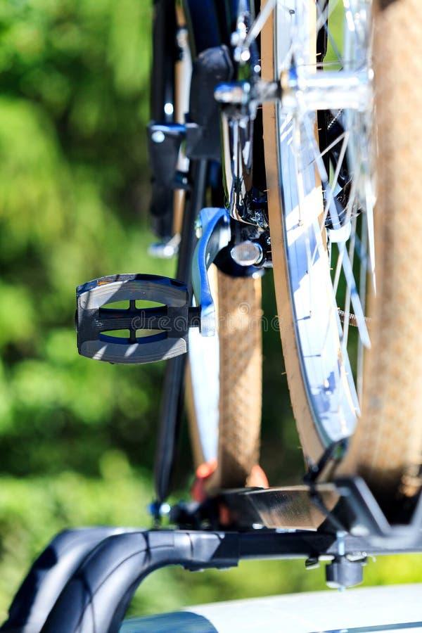 Vélo sur le toit d'une voiture photos libres de droits