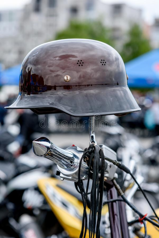 Vélo sur une rue de ville photographie stock libre de droits