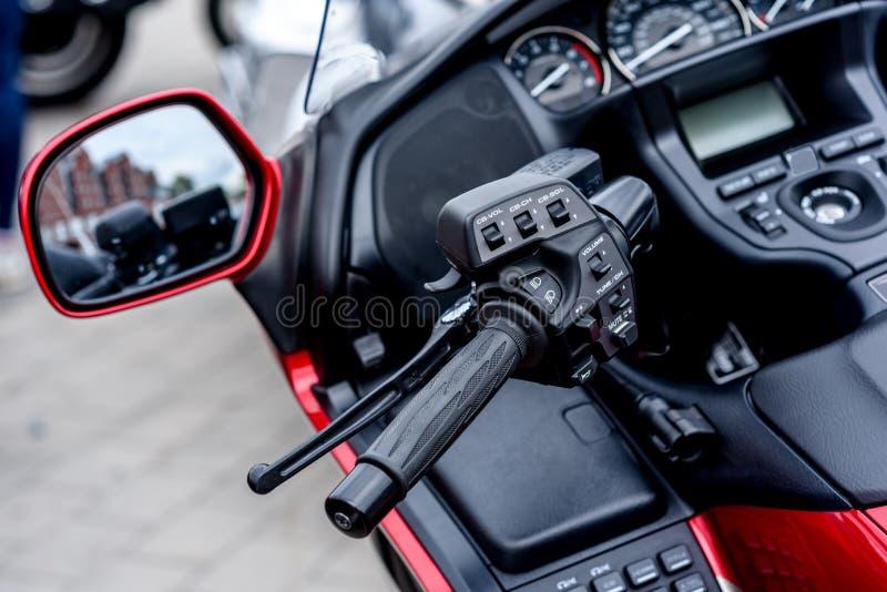 vélo sur une rue de ville photos stock