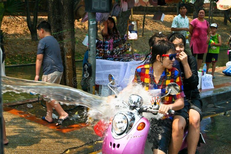 Vélo thaï de conduites de filles photo stock