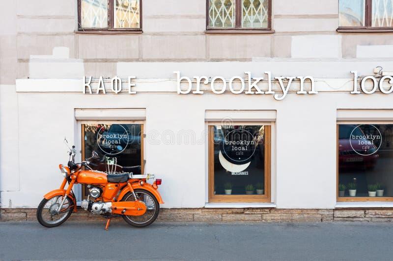 Vélomoteur d'orange images stock